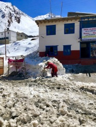 Muktinath_Woman-snow